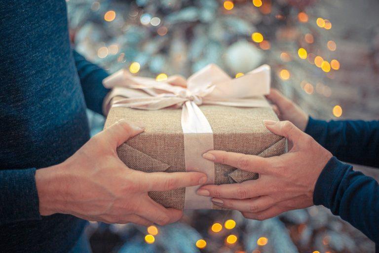 איש נותן מתנה